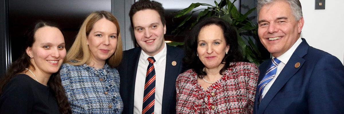 Konditormeister Leo Jindrak mit seiner Frau Christine und seinen drei Kindern